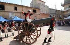 Soldats francesos irrompen amb un gran canó a Fulleda, ahir, a la sisena edició de la Fira Heroica.