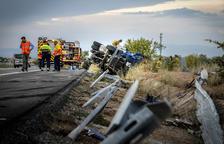 Muere el conductor de un camión al volcar en la autopista en Les Borges Blanques