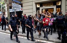 La pressió veïnal evita que desnonin sis famílies en un bloc de Barcelona