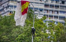 VIDEO. El paracaidista que descendía con la bandera de España se queda enganchado de una farola