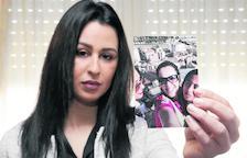 Ailham Mohamed, de Torrefarrera, ensenya fotos de la seua germana Farah.