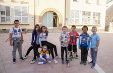 Alguns nens al pati de l'escola de Tornabous.
