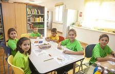 Un grup de nens a les instal·lacions de la biblioteca d'Anglesola divendres passat.