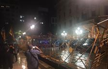 Els manifestants han intentar tombar les tanques davant de la subdelegació del Govern espanyol / Maria Marquès