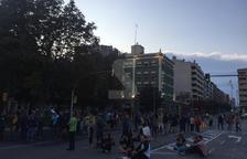 Manifestants, davant de l'estació de tren de Lleida, tallant Príncep de Viana