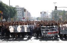 Estudiants tallen el pont de la Universitat de Lleida. La manifestació es dirigeix a la rambla d'Aragó.