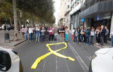 Una trentena de persones talla la rambla de Ferran de Lleida