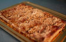 La coca de llardons està feta utilitzant el sagí fregit del porc que li dóna el seu sabor característic.