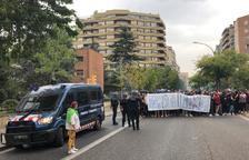 Imatge de la manifestació d'estudiants de Lleida al seu pas per la comissaria de Policia