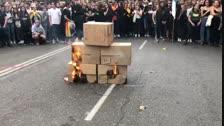 VÍDEO | Cremen a Lleida fotografies del Rei, Pedro Sánchez i els membres del Tribunal