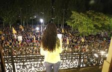 Imatge de Cafia Alisalem al llegir el manifest davant de la multitud.