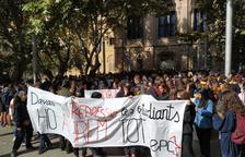 Els estudiants, abans d'iniciar a la manifestació, davant del Rectorat