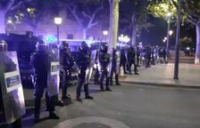 Un grup tira ous i petards als antiavalots dels Mossos, que es preparen en formació a l'avinguda Francesc Macià
