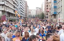 La manifestació arriba a l'avinguda Madrid quan encara hi ha gent a la Rambla d'Aragó