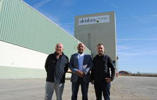 Josep Maria Gaset, Abdolghani Ezzitouni i Jordi Gaset, davant de les instal·lacions de Vila-sana.