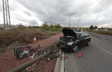 Aparatosa col·lisió d'un vehicle contra un fanal a Lleida