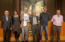 El ganador, Josep Civit (3º por la izquierda), junto al poeta Jordi Pàmias ayer en Guissona.
