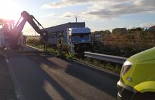Un camión choca contra un guardarraíl en Bellcaire d'Urgell