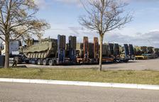 Expectació a l'A-2 a Lleida pel pas de cinquanta tancs de l'Exèrcit