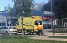 Els bombers eviten que un foc en una fusteria s'estengui cap a una gasolinera a Olot