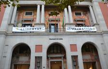 La Diputació de Lleida torna a penjar les pancartes en suport als presos independentistes