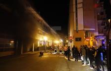 Los Bomberos sofocan un incendio de un parking en la calle Metall de Alcarràs