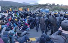 Tsunami trasllada el tall de l'AP-7 a Girona i bloqueja el trànsit a la frontera d'Irun
