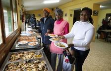 Algunes de les persones desallotjades, dinant ahir a la granja escola La Manreana.