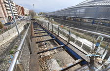 Desmunten les fustes de les rampes de la passarel·la de Renfe de Lleida