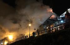 L'incendi, iniciat pel que sembla en una xemeneia, va provocar una gran fumarada.