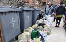 Jóvenes recogen basura de los caminos de Les Avellanes