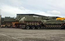 Convoy militar con tanques por el tramo leridano de la autovía A-2