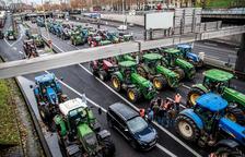 Els agricultors gals bloquegen París exigint preus justos