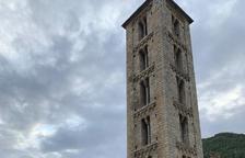 Un grup de visitants ahir a Sant Climent de Taüll.