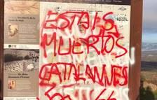 Denuncian pintadas en plafones informativos del Geoparc Orígens en el puerto de Comiols