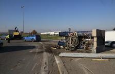 Un camió perd part de la càrrega a la carretera Ll-11 als Alamús