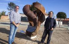 Un artista de Anglesola dona a la localidad una escultura creada con sus dos hijos