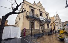 L'edifici de l'ajuntament, a la plaça del Bisbe Bell-lloc.