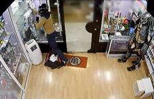 Dos arrestats per furt amb violència en botigues