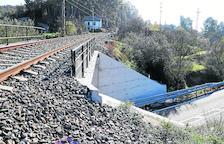 Mor al caure per un pont pel pas d'un tren