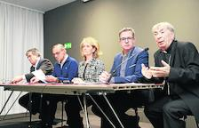 Josep Giralt, l'alcalde Miquel Pueyo, la consellera Mariàngela Vilallonga, el president de la Diputació Joan Talarn i el bisbe Salvador Giménez, ahir al Museu.