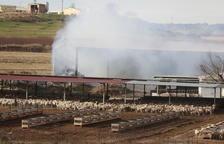 Els Bombers sufoquen un incendi en un paller d'Alcarràs
