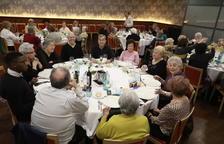 El restaurant El Mirador dels Camps Elisis va acollir el dinar per combatre la solitud de la gent gran.