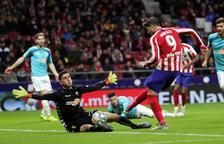 Morata remata ante el portero osasunista Sergio Herrera, el más destacado de su equipo.