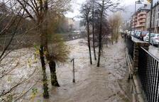 Avinguda dels rius per la pluja, que enfonsa un campanar a Andorra
