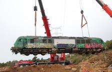 IMATGES | Aixequen la locomotora encallada a Vinaixa, però el pas de trens continuarà tancat 'sine die'