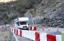 Los vehículos ya circulaban ayer por el paso provisional en la C-13 en Llavorsí después de 48 horas cortada.