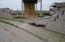 Un coche sufre una salida de vía y derriba un muro en Alcarràs