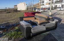 Aparecen abandonados dos sofás en una avenida de la Segarra