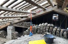 Desmontan el tejado de la iglesia de Almacelles